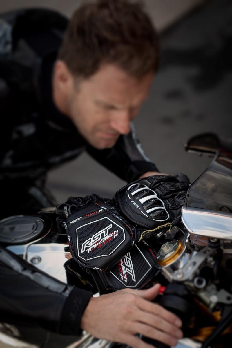 102092-rst-tractech-evo-r-glove-black-lifestyle-01