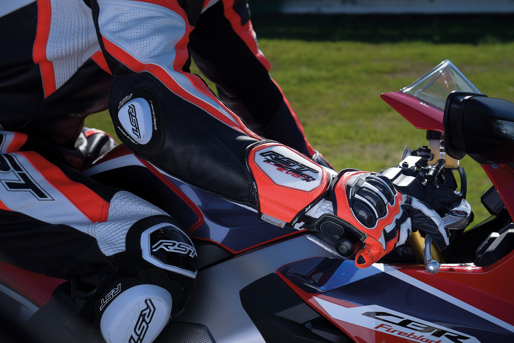 102092-rst-tractech-evo-r-glove-flo-red-lifestyle-01