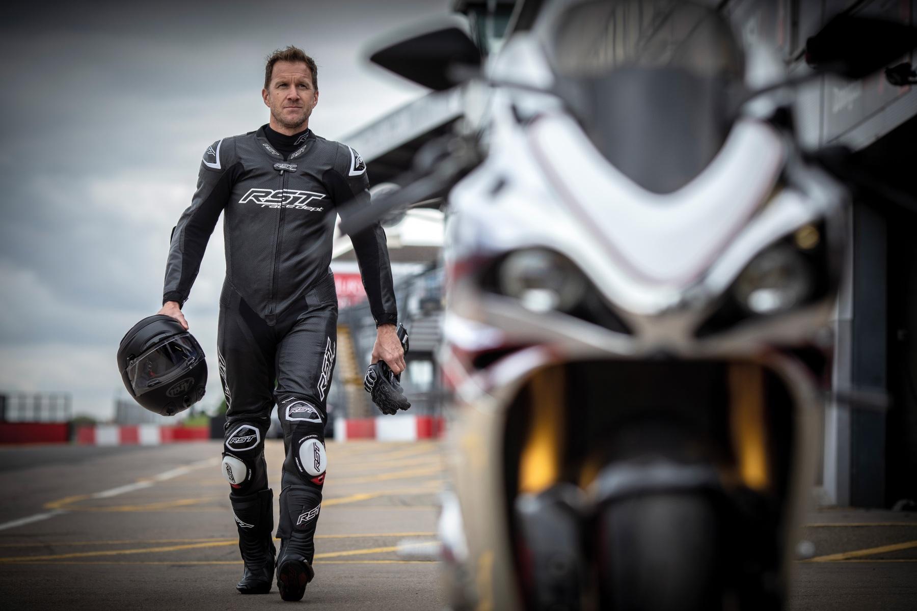102551-rst-race-dept-v4-1-one-piece-suit-black-lifestyle-01