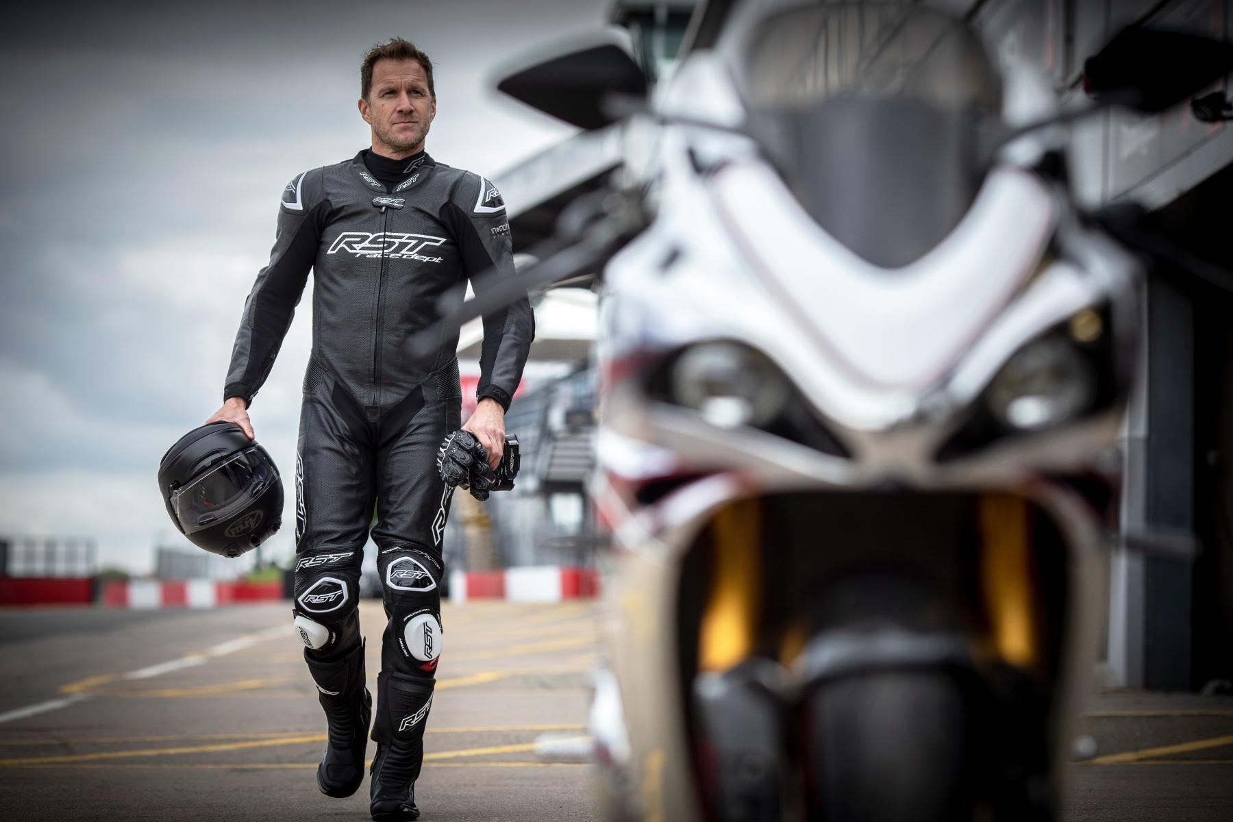102551-rst-race-dept-v4-1-one-piece-suit-black-lifestyle-02